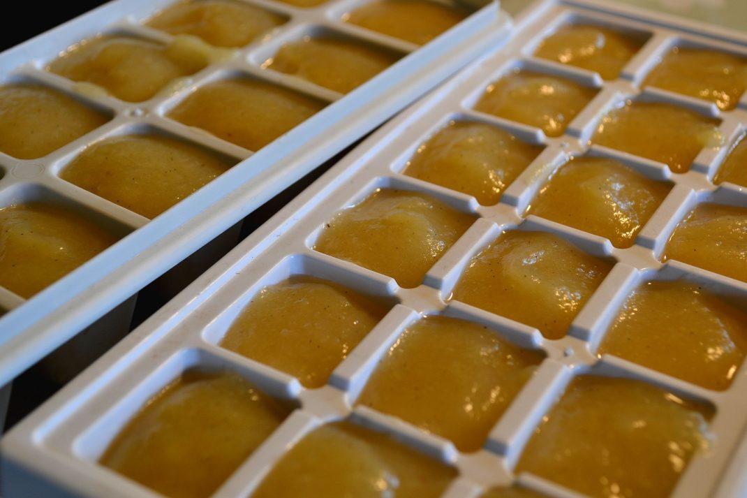 Äppelmos i isbitsfack till frysen.