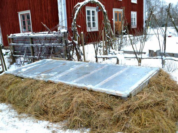 varmbänk på friland omgärdad av halm