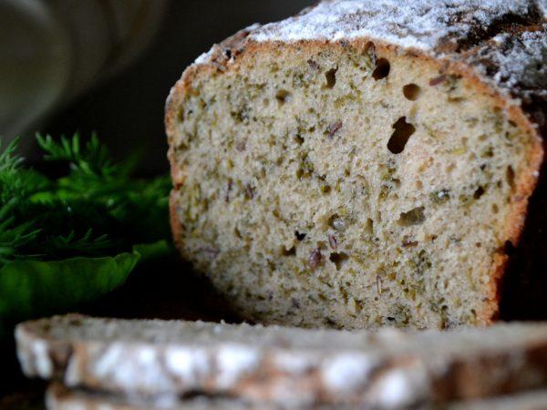 Nybakat bröd med rucola.