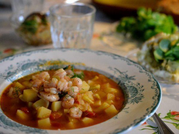 Rotsakssoppa i en fin tallrik på dukat bord.