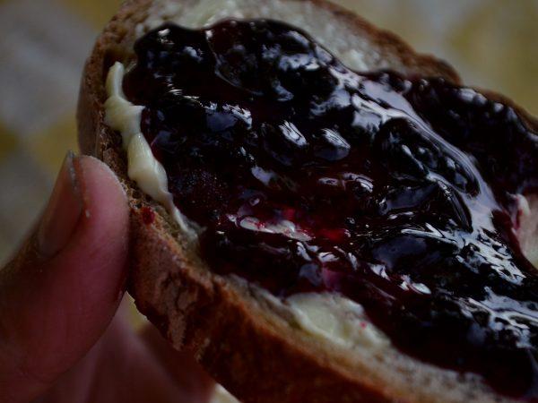Sylt av svarta vinbär på smörgås.
