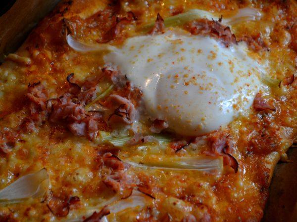 Nygräddad pizza med ägg på.