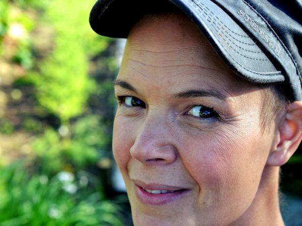 Sara Bäckmo i köksträdgården.