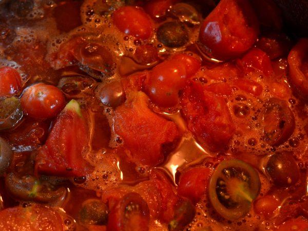 Tomater i en gryta.