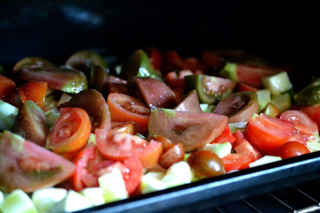 Tomater och andra grönsaker på en plåt i ugnen. Tomato and squash salsa, vegetables on an oven tray