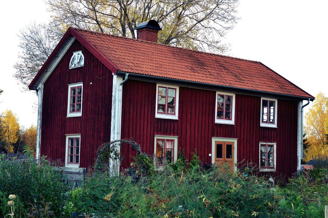 Ett gammalt parhus i rött.
