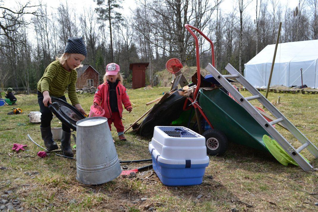 Barn har byggt en koja av diverse prylar i trädgården.