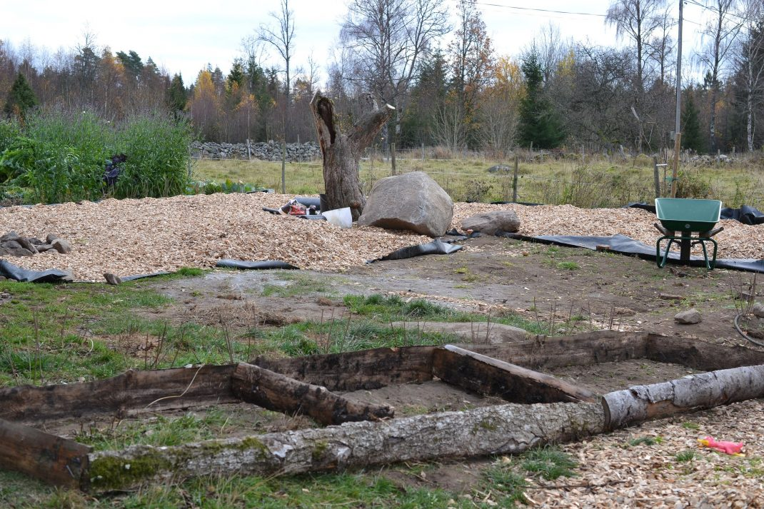 Ramar av trä står på marken.