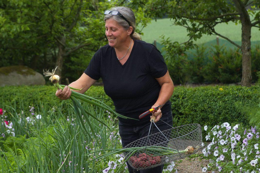 Anette Nilsson i sin köksträdgård.