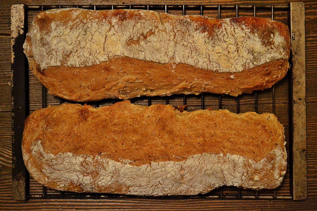 Nygräddat bröd på ett galler.
