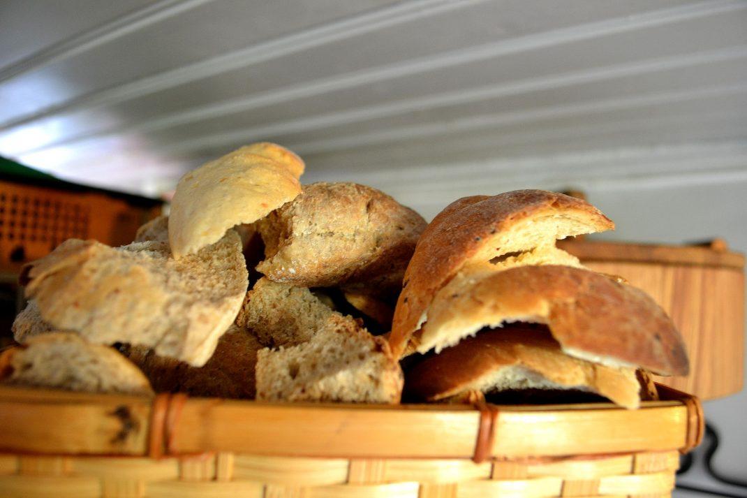 Brödskalkar ligger i en korg.