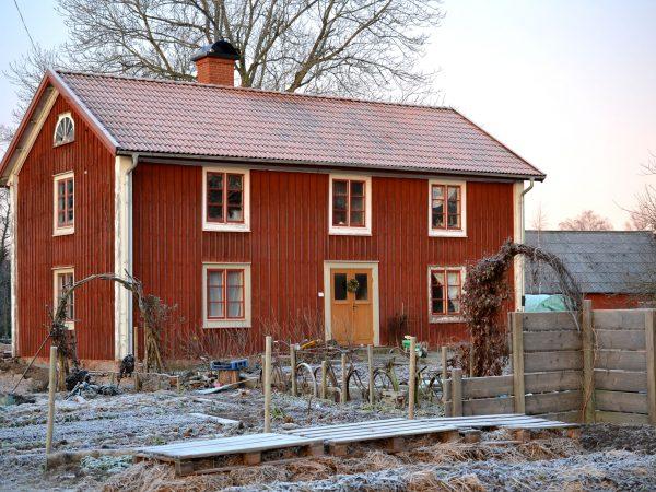 Huset Skillnadens, en röd småländsk parstuga, en frostig morgon i december.