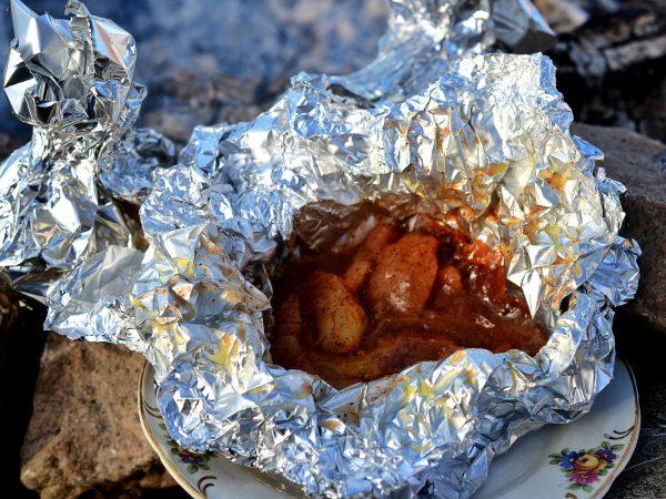 Färdiglagat äppelknyte vid elden.