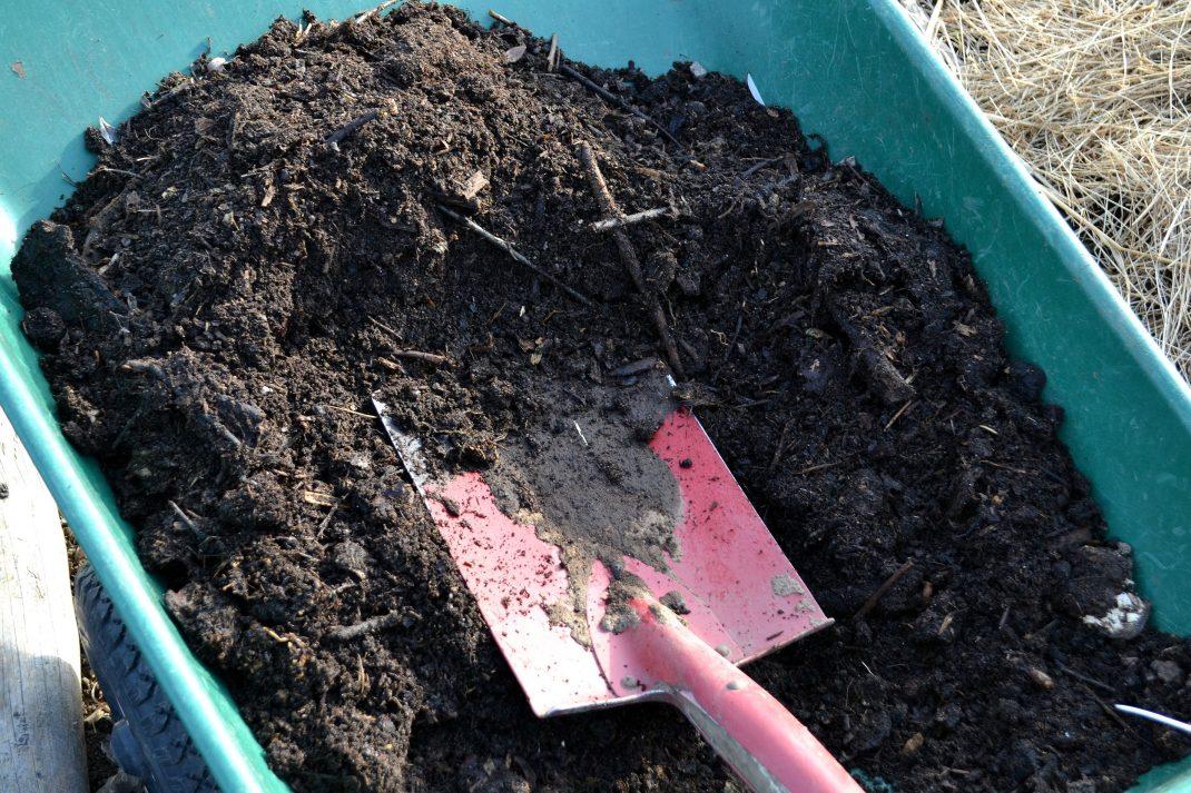 Kompostjord i en skottkärra