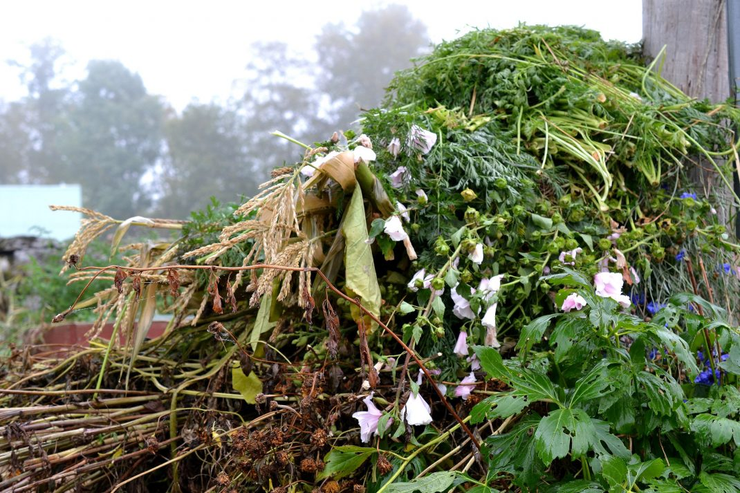 Trädgårdsskräp ligger i en hög.