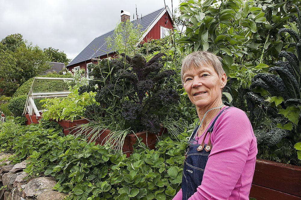 Annika i sin trädgård.