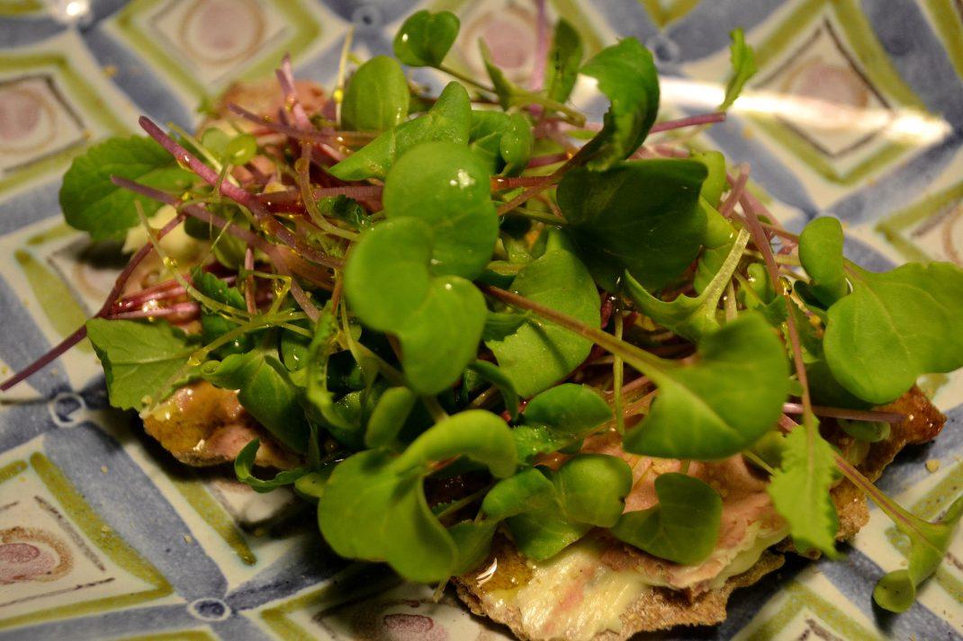 En knäckemacka med bladgrönsaker.