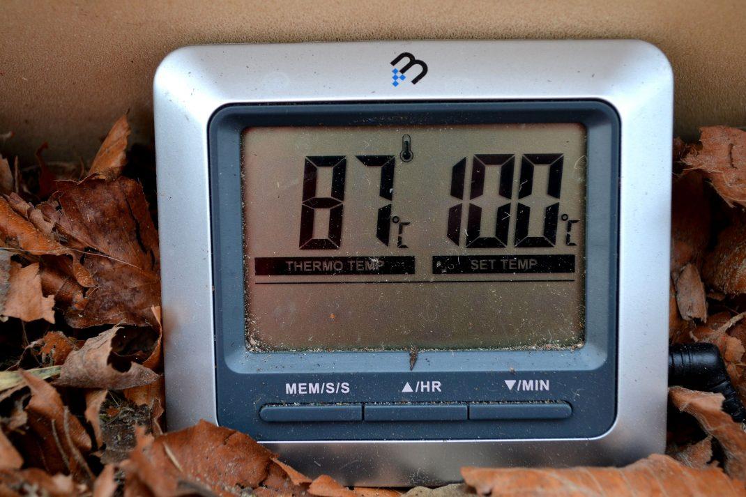 Bild på termometerns display som visar 87 grader.