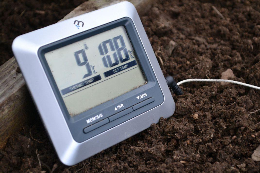 En termometer nerstucken i jord i en kallbänk.