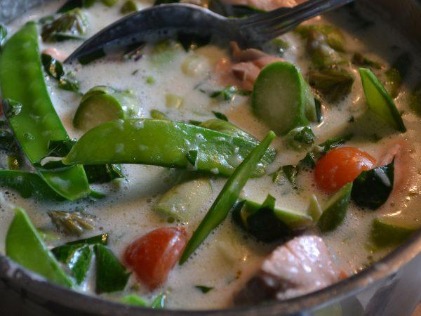 En kastrull med soppa med grönsaker.