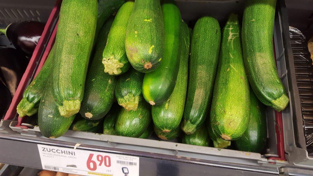 Zucchini i en back i grönsaksdisken.