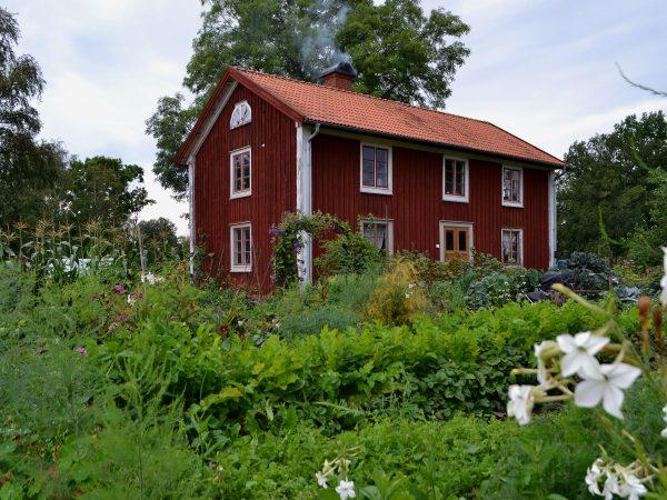Skillnadens Trädgård med hus och köksträdgård