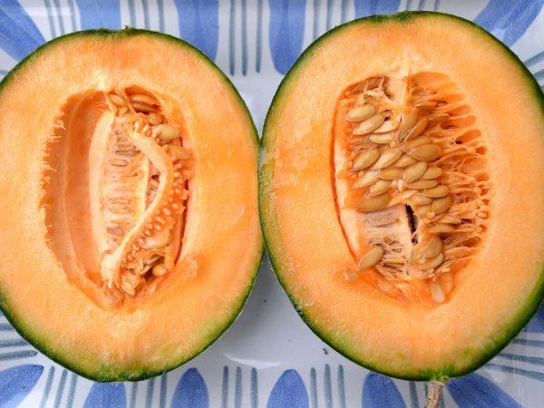 En melon skuren i två perfekta halvor.