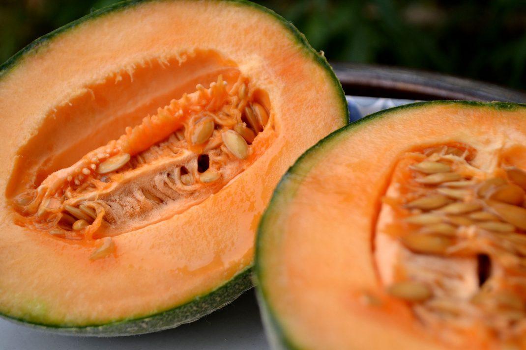 En uppskuren melon i två halvor.