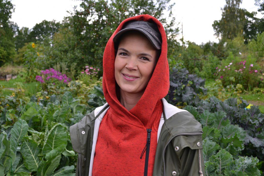 Sara ståendes framför kållandet i trädgården.