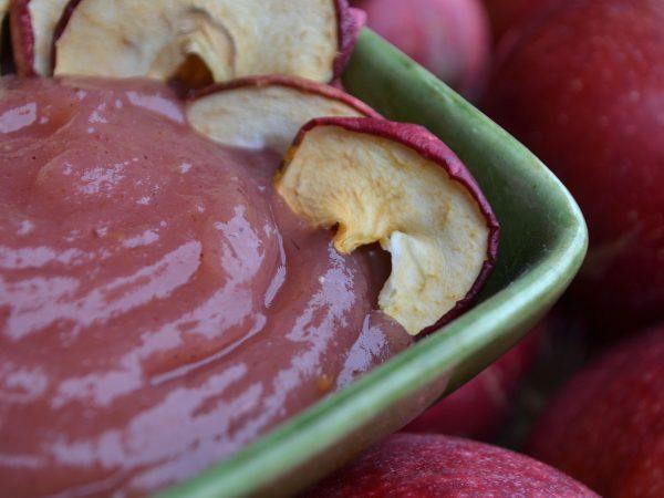 Ett litet fat med äppelmos i rosa.