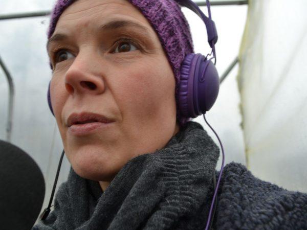 Sara Bäckmo med hörlurar