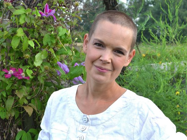 Sara Bäckmo i trädgården.