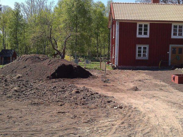 Trädgården med köksträdgården påbörjad.