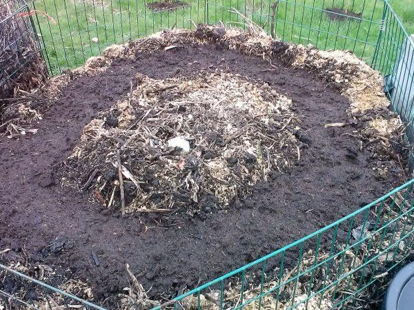 Flera kompostgaller ihopbundna till en rundel, med kompost inuti.