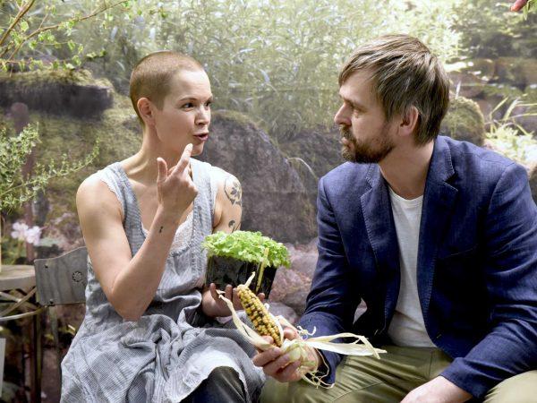 Sara och Johannes sitter och pratar
