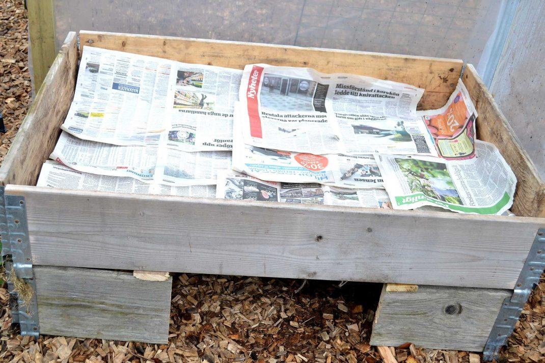 Tidningspapper i en pallkrage