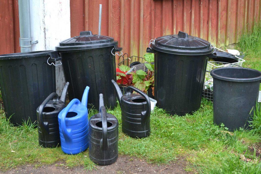 Vattentunnor vid en stupränna, water barrels by the drainpipe.