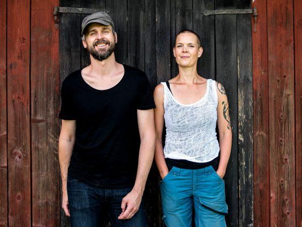 Profilbild till podden där Sara och Johannes står lutade mot en vägg.