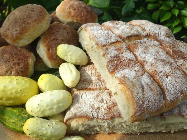 Upplagt bröd i sällskap av gurkor.