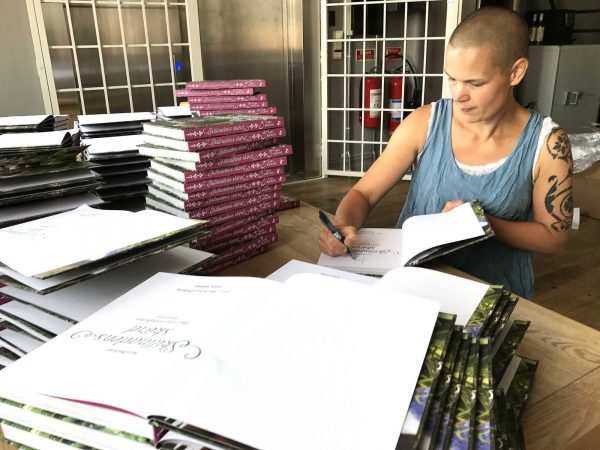 Sara signerar böcker