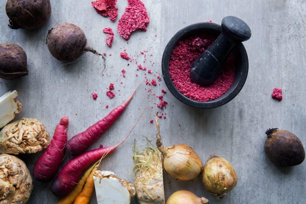 Rött grönsakssalt i uppläggning med rotsaker.