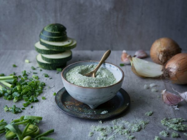 En skål med ljusgrönt grönsakssalt.