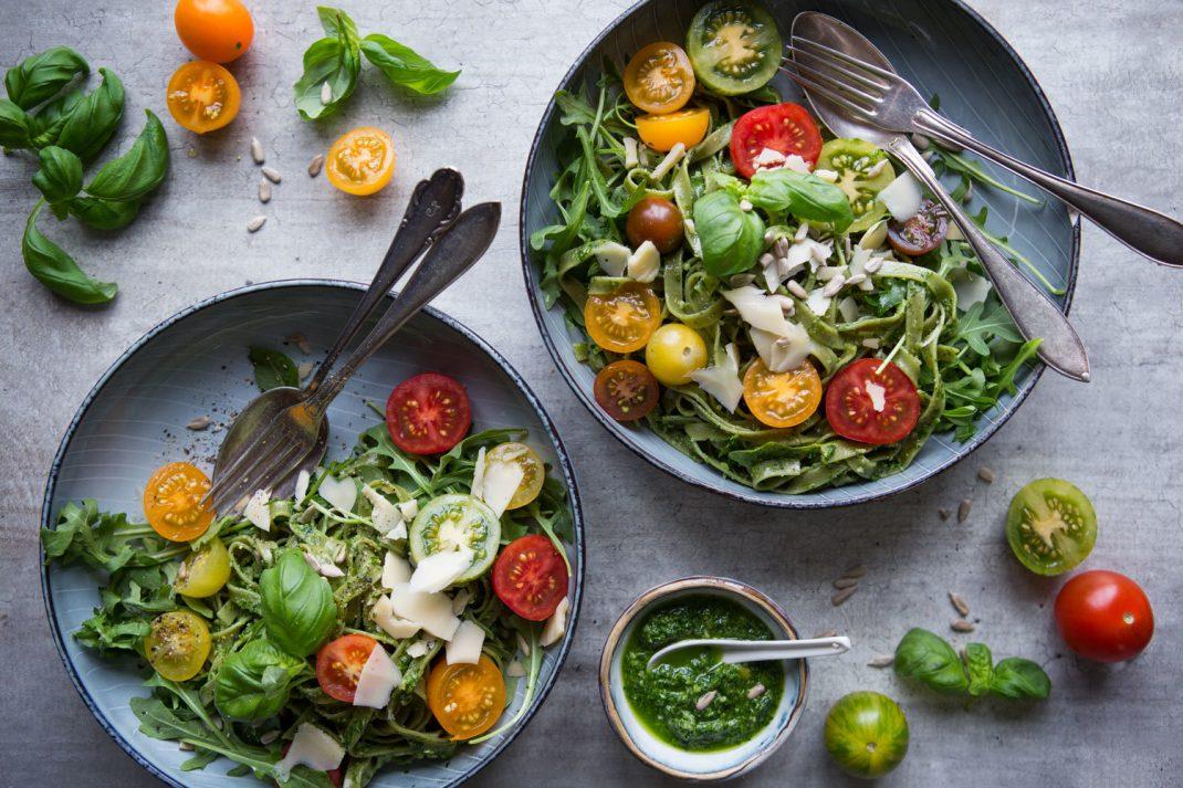 Spenatpasta med tomat i skålar.