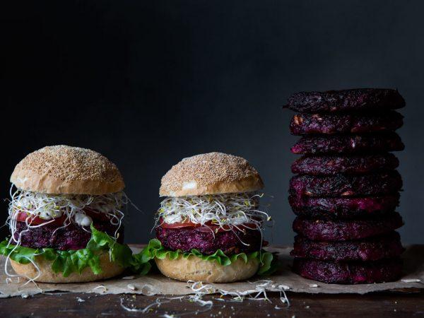 Rödbetsbiffar på hög och i hamburgerbröd.