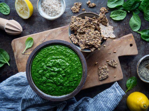 En skål med vacker grön röra gjord på spenat.