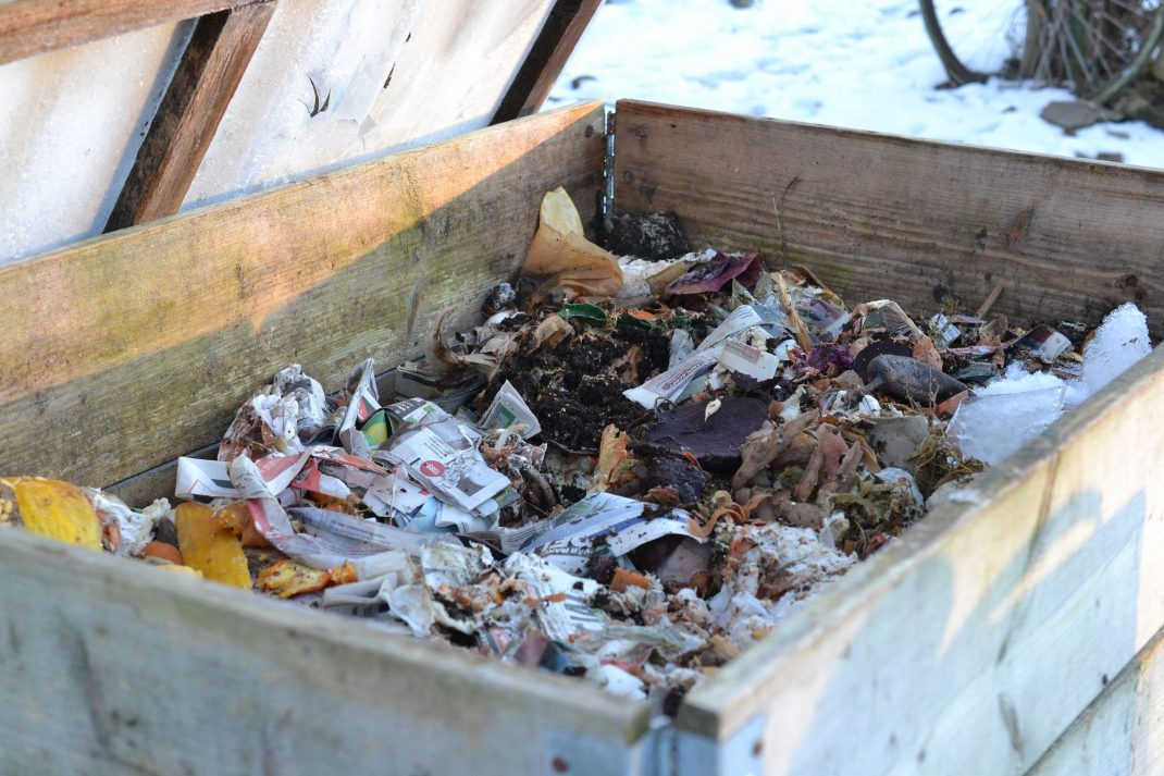 en pallkrage full med bokashikompost