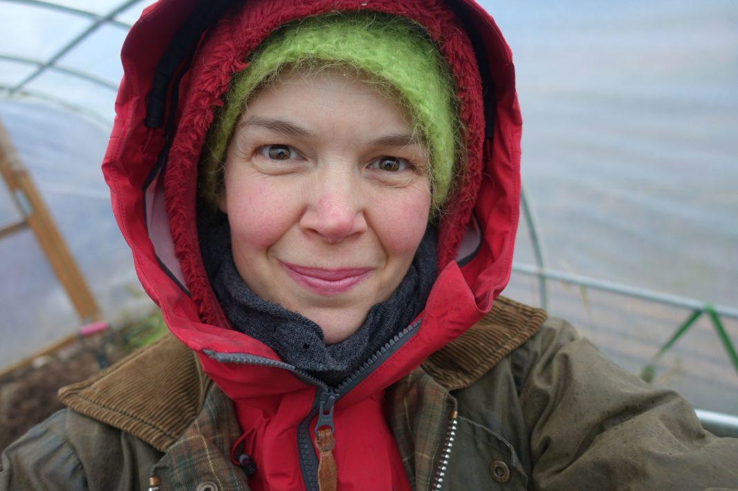 Sara Bäckmo i full vintermundering med dubbla jackor och luvor.
