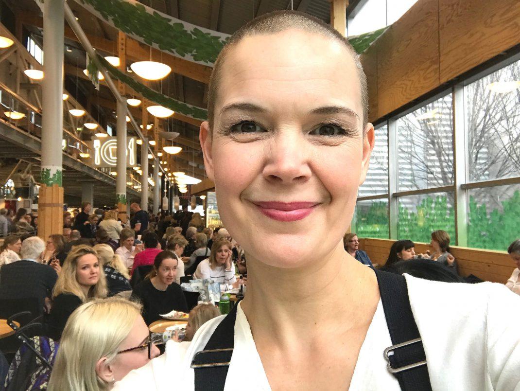 Sara Bäckmo i en selfie tagen på en stor trädgårdsmässa