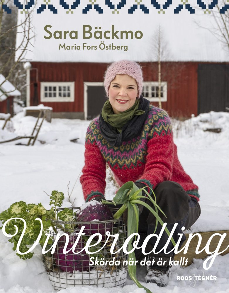 Ett bokomslag av vintrig trädgård och Sara som sitter med grönsaker bland snön.