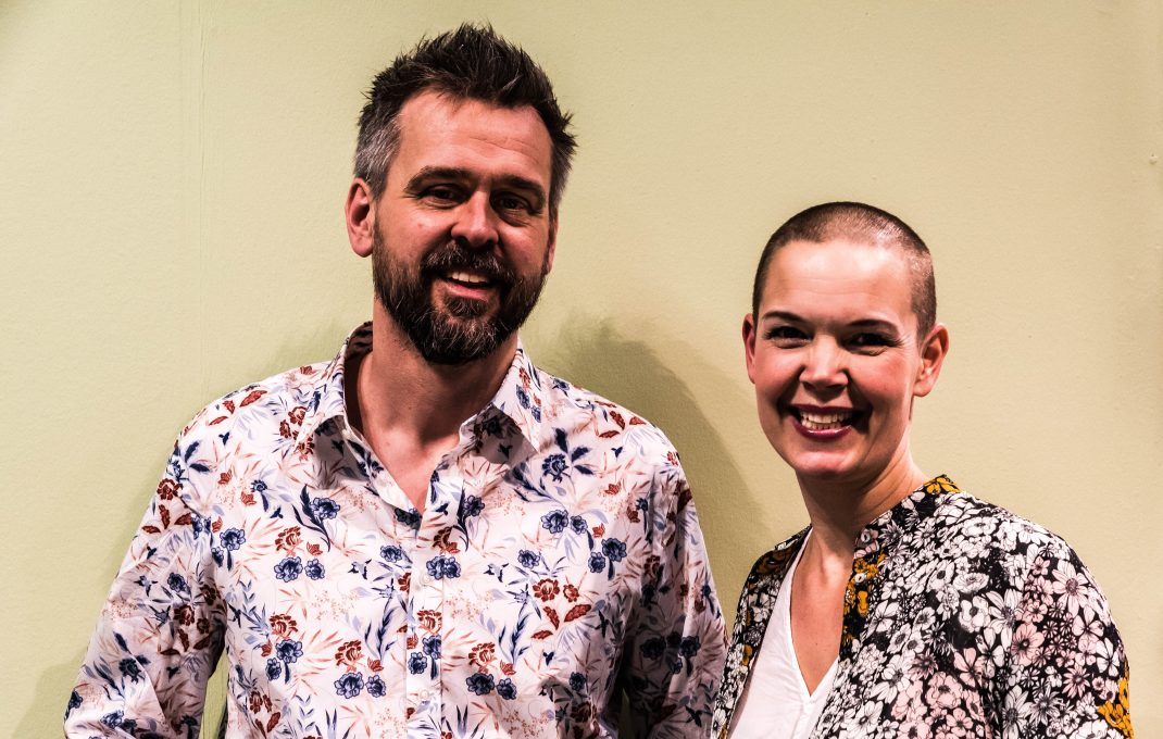 Johannes och Sara står bredvid varandra i varsin blommönstrad skjorta.